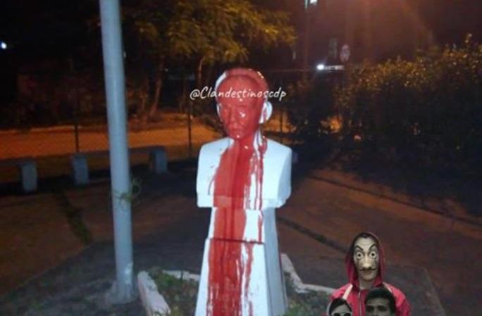 """Busto de Martí manchado de rojo como señal de protesta del grupo cubano """"Clandestinos"""""""