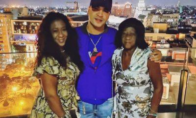 Yomil junto a su madre y abuela desde el Paseo del Prado en La Habana