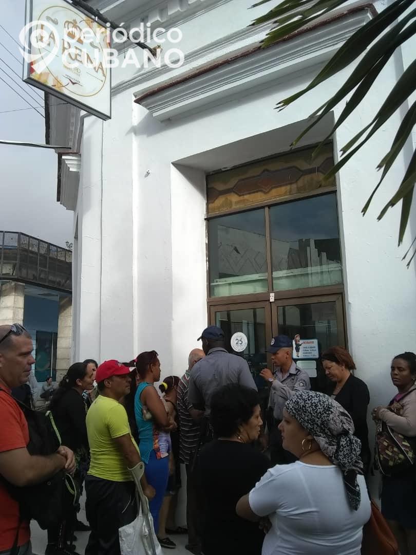Cuba: Enormes colas custodiadas por policías para comprar detergente