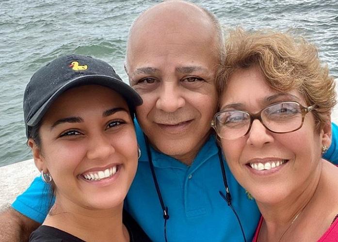 Camila Arteche junto a sus padres