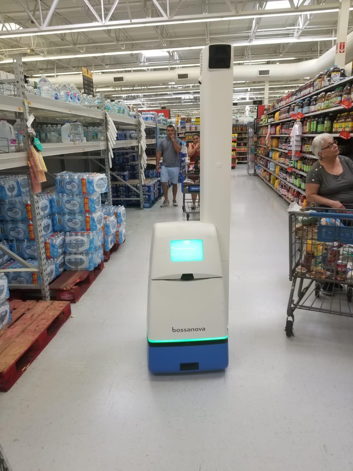Walmart estrena en Hialeah un robot que limpia la tienda, los cubanos quedan asombrados