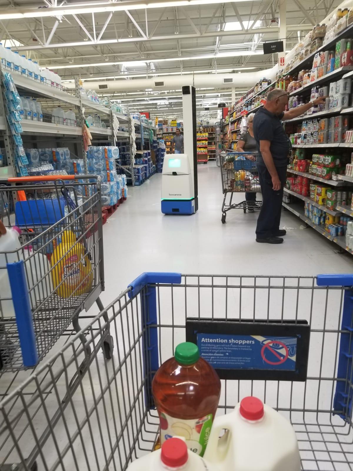 Walmart estrena en Hialeah un robot que limpia la tienda, los cubanos quedan asombrados. (PERIODICO CUBANO)