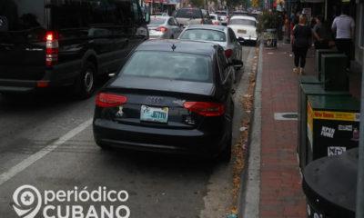 Autos circulan por el barrio de la Pequeña Habana, en Miami