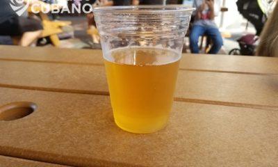 Vaso de cerveza en una mesa