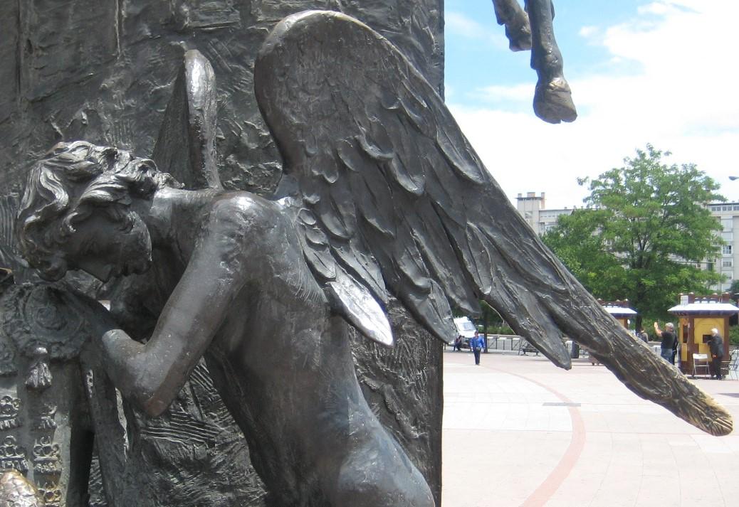 Estatua de un angel llorando