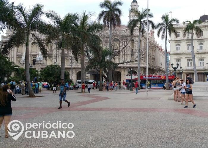 Turistas caminan por el Parque Central, en la Habana Vieja