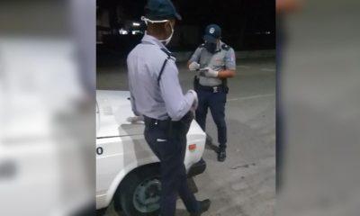 Policías levantando la multa
