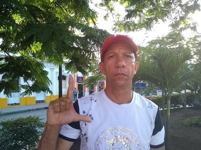 El activista cubano Ovidio Martín toma la decisión de irse al exilio