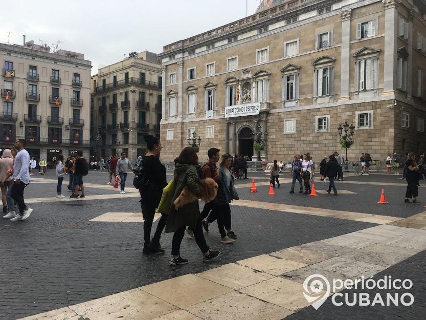 Turistas, Plaza Sant Jaume, Independentismo, Barcelona, Cataluña, España, Conos naranjas, Mujeres