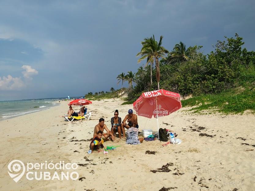 playa arena vacaciones gente personas agua salada (1)