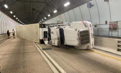 Camión con un contenedor se vira en el túnel de Miami
