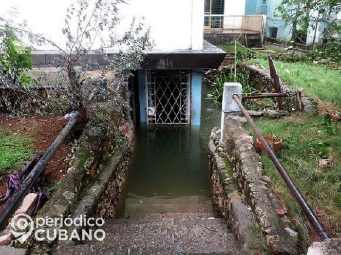 Negligencia del régimen de Cuba obliga a familia a vivir entre aguas albañales