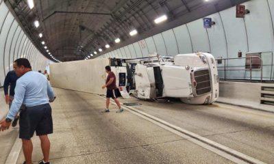 Rastra se vuelca y corta el tránsito en el túnel de Miami