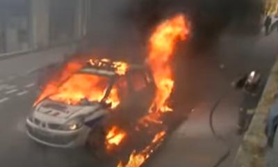 coche de policia incendiado