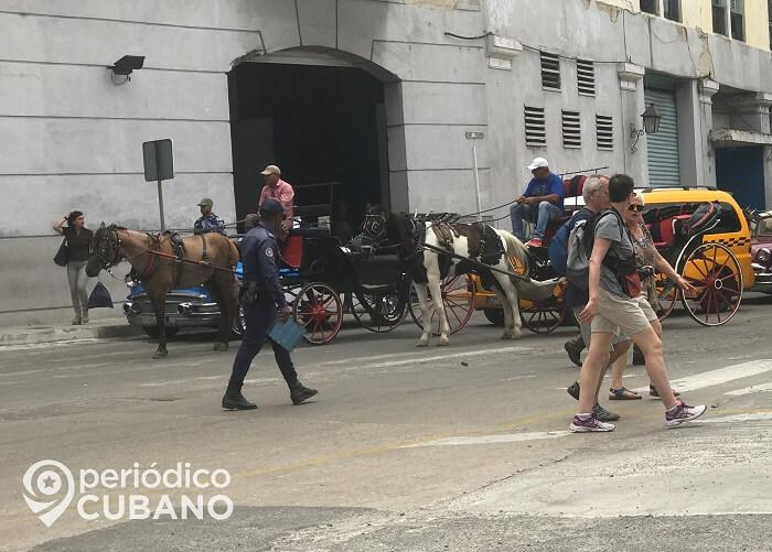 """""""Héroes de azul"""", campaña oficialista a favor de los policías cubanos"""