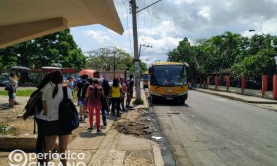 Cubanos a la espera del ómnibus en La Habana