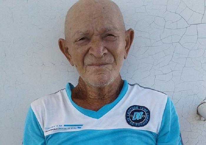 PNR detiene y multa a anciano cubano por pegar carteles contra el gobierno en La Habana