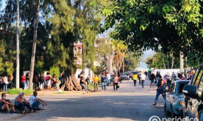 Enormes colas para obtener tarjetas AIS de Fincimex para la compra en tiendas de Cuba