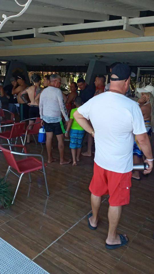 Incluso como turistas en un hotel los cubanos deben hacer cola para conseguir alimentos