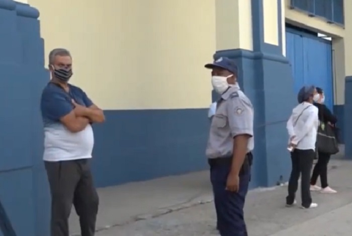 Detienen a grupo de presuntos coleros durante operativo en tienda de La Habana
