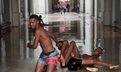 Jóvenes cubanos se bañan a las afueras del Hotel Kempinski en la Manzana de Gómez (2)