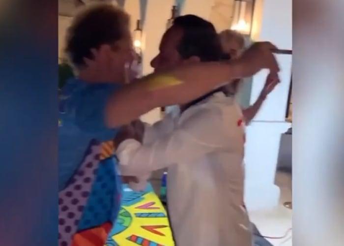 Marc Antony besando a Romero Britto