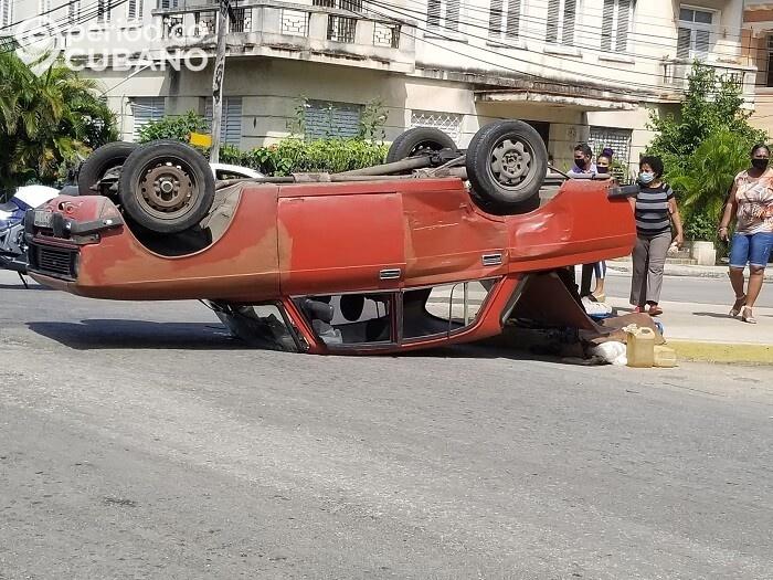Accidente en La Habana: Automóvil termina con las llantas hacia arriba en el Vedado