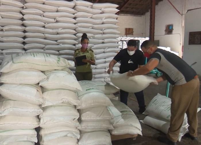 """Decomisan 53 sacos de azúcar """"robada"""" en Camagüey"""
