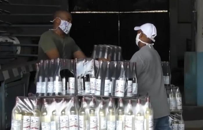 Policía cubana descubre y desmantela presunto comercio ilegal de bebidas en Santiago de Cuba