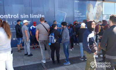 Cubanos protestan frente a las oficinas de Copa en Uruguay por dejarlos varados