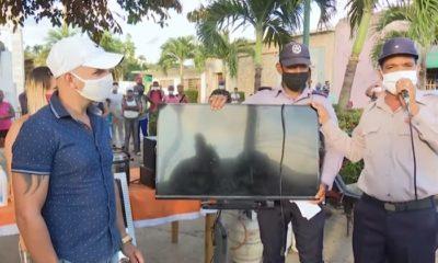 A manera de espectáculo, las autoridades organizaron a media plaza la entrega de los artículos robados