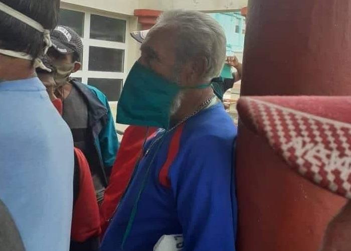 ¡Fidel Castro formado en una cola!, un hombre idéntico al expresidente causa sorpresa en los cubanos