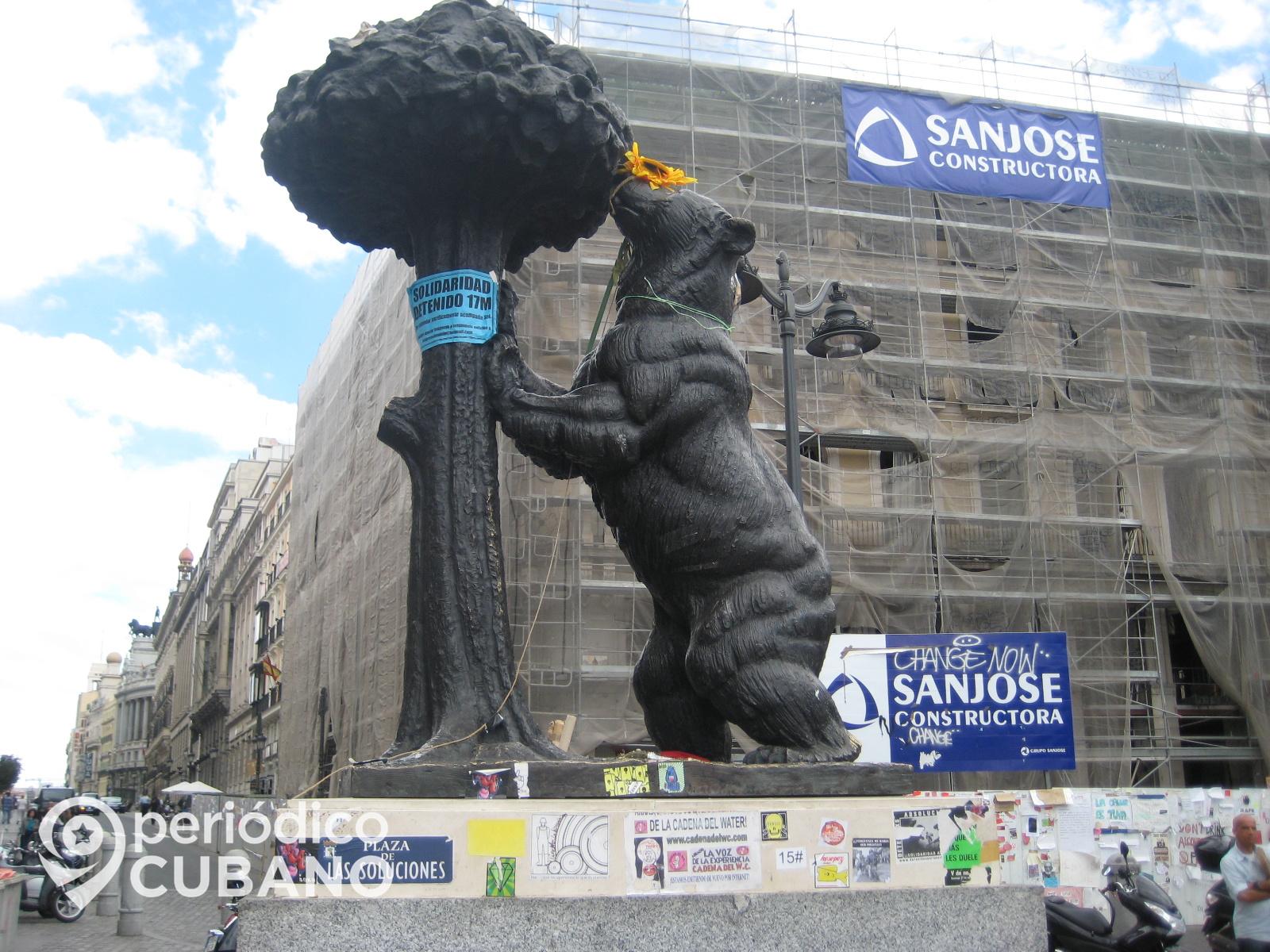 el oso y el Madroño en plaza de sol durante la protesta de los indignados en 2011