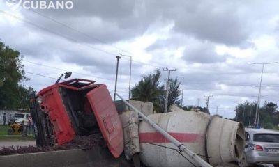 La volcadura de un camión de cemento incrementa la lista de accidentes de tránsito en Cuba durante este año