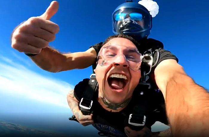 Osmani García se lanza en paracaídas