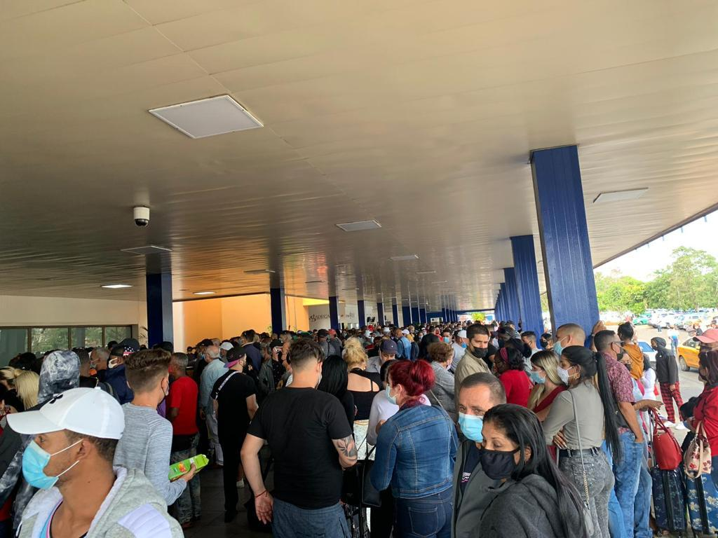 Aglomeración en el Aeropuerto de La Habana