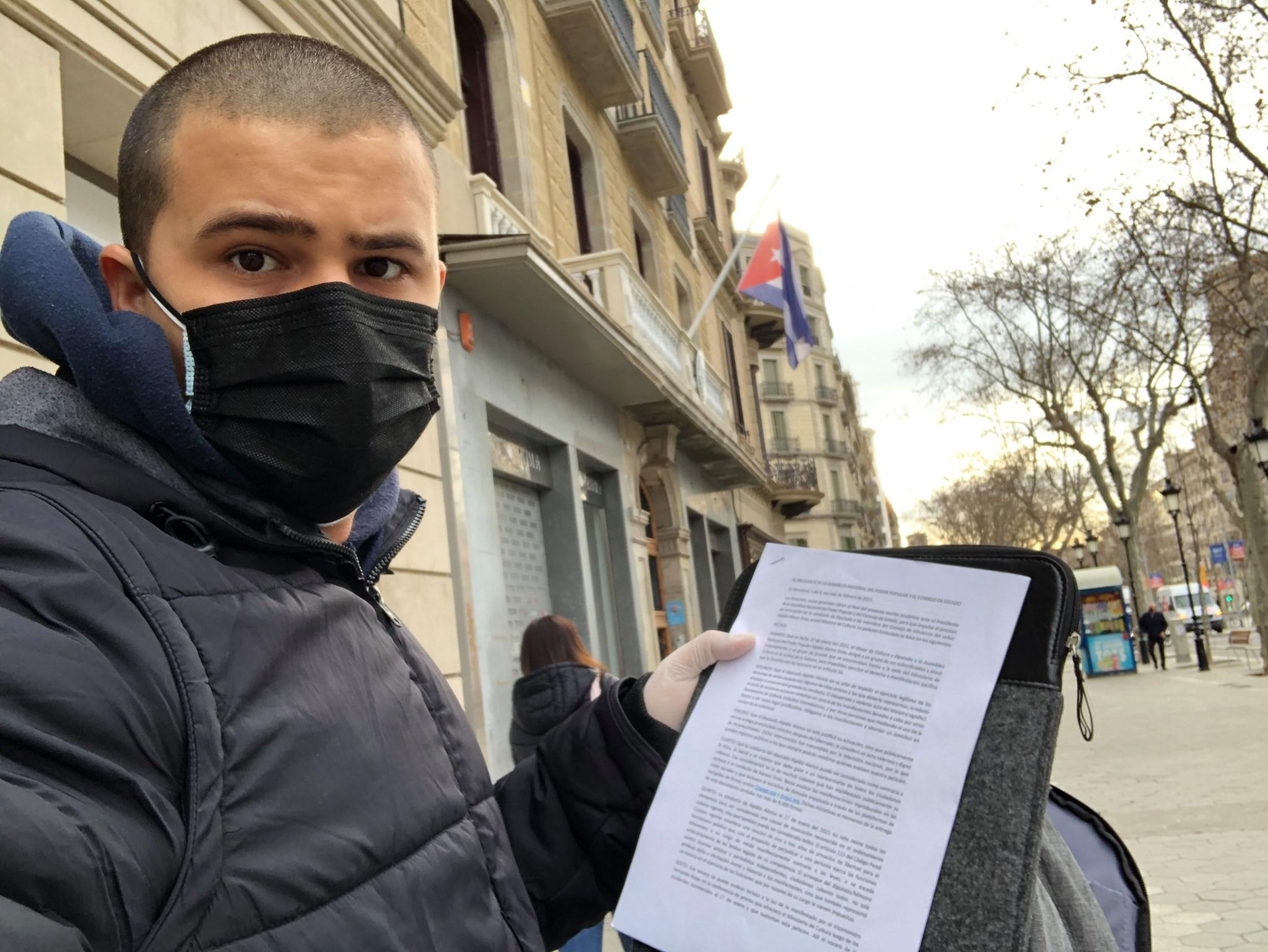 Activista cubano entrega en el Consulado de Barcelona una petición de renuncia del Ministro de Cultura