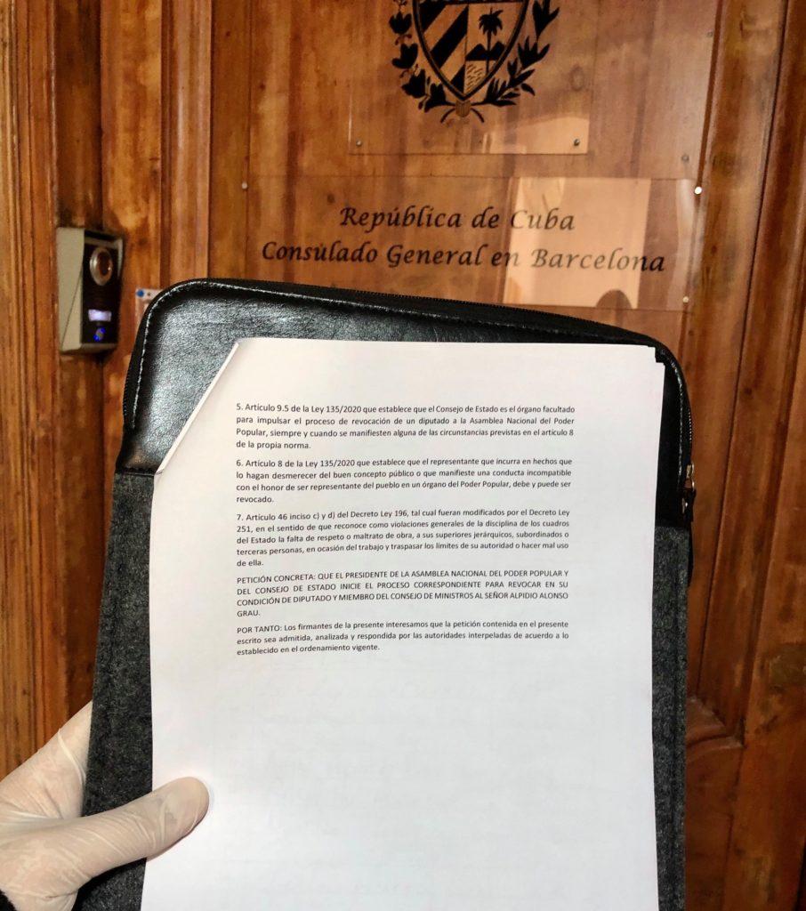 Activista cubano entrega en el Consulado de Barcelona una petición de renuncia del Ministro de Cultura. (Foto: Facebook-Claudio Gaitan)