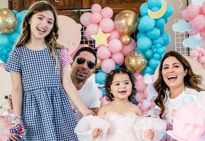 Aly Sánchez, su esposo e hijas