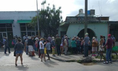 Cubanos son marcados en la piel para guardar orden en las colas