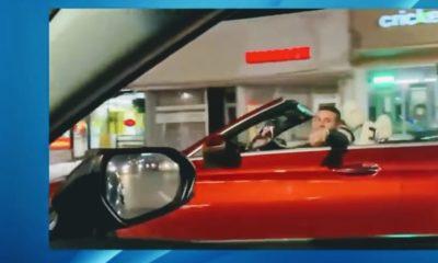 osmani garcia en un carro convertible rojo