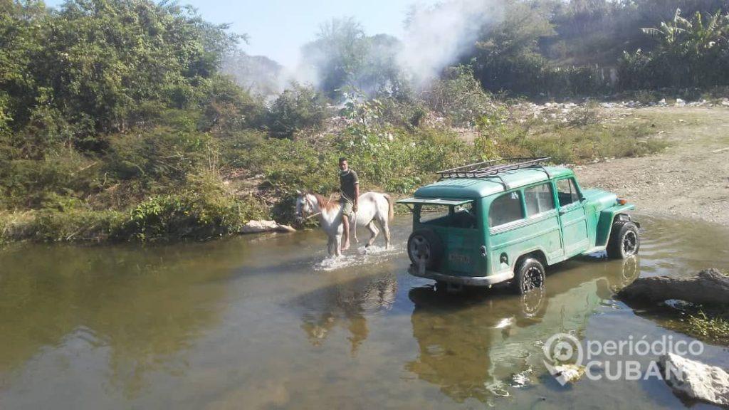 Guantanameros sin servicio de agua potable se abastecen de un río contaminado, (Foto: Periódico Cubano)