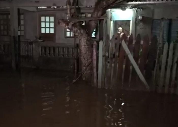 Frente frío que afecta al oriente de la Isla provoca inundaciones en Baracoa