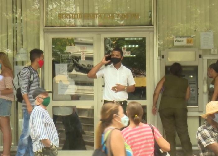 Habitantes de Santiago de Cuba se quejan del servicio bancario