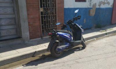 Muere atropellado por camión un conductor de una moto eléctrica