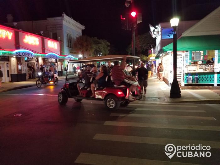 calle duval de noche en los cayos (1)