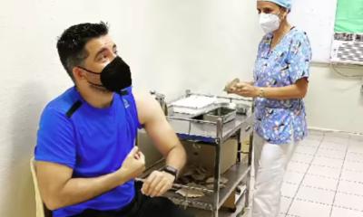 Luis Silva y los integrantes de Vivir del Cuento se vacunan con Abdala