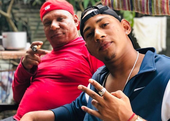 Hijo Osmani Urrutia sale de Cuba en busca de un contrato en el béisbol profesional