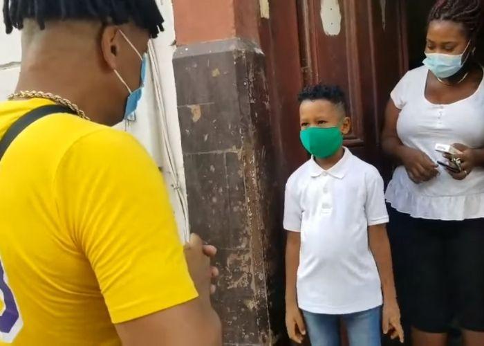 """Entregan obsequio monetario al niño cubano que se hizo viral cantando """"Amor Eterno"""" de Juan Gabriel"""
