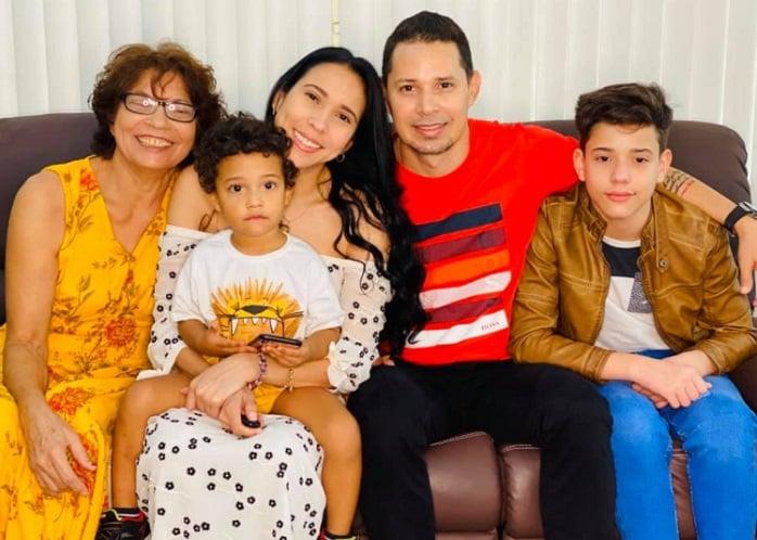 Yuliet Cruz y Leoni Torres junto a su bella familia
